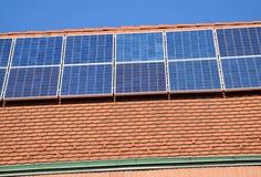 панели настилают крышу солнечное стоковое изображение rf