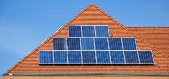 панели настилают крышу солнечное стоковое фото