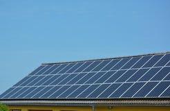 Панели солнечной энергии на крыше дома Стоковая Фотография RF