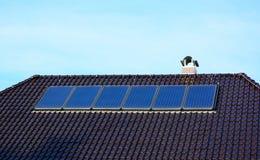 Панели солнечной энергии на крыше дома Стоковая Фотография