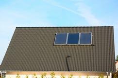 Панели солнечной энергии на крыше дома Стоковые Изображения