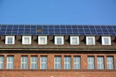 Панели солнечной энергии на крыше дома Стоковое Фото