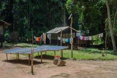 Панели солнечных батарей в дворе рядом с африканской хатой (Республика Конго) Стоковые Фотографии RF