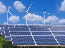 панели солнечных батарей и ветротурбины производя электричество в электростанции стоковое изображение