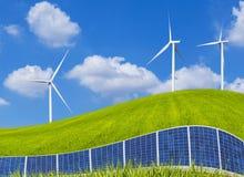 Панели солнечных батарей и ветротурбины Photovoltaics на зеленом поле Стоковая Фотография RF
