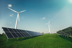 Панели солнечных батарей и ветрянка производят электричество от солнца стоковое изображение
