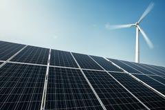 Панели солнечных батарей и ветрянка производят электричество от солнца стоковое изображение rf