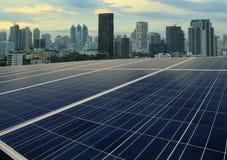 Панели солнечных батарей и городской пейзаж Стоковое Фото
