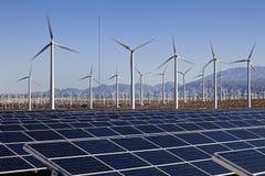 Панели солнечных батарей и сила ветротурбины Стоковое Изображение RF