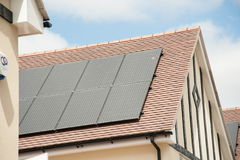 Панели солнечных батарей на крыше дома Стоковые Фотографии RF