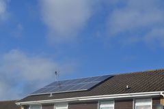 Панели солнечных батарей на крыше Стоковые Фото