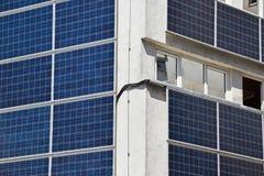 Панели солнечных батарей на стене стоковое изображение