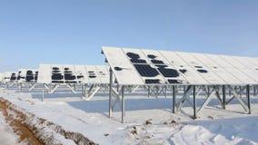 Панели солнечных батарей на холодном взгляде перспективы солнечного дня готовят налево сток-видео