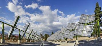 Панели солнечных батарей отслежывателей Стоковое фото RF