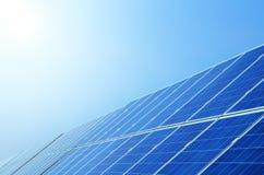 Панели солнечных батарей под небом стоковое фото rf