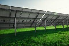 Панели солнечных батарей производят электричество от солнца стоковое изображение rf