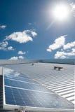 Панели солнечных батарей производящ энергию Стоковое Изображение RF