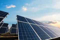 Панели солнечных батарей с солнечным светом утра Стоковые Изображения