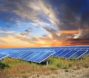 Панели солнечных батарей с sunset& x27; небо s стоковое фото rf