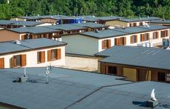Панельные дома построенные после землетрясения которое поразило городок Arquata del Tronto 24-ого августа 2016, в Италии стоковые изображения