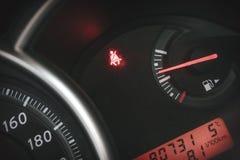 Панель приборной панели или консоли автомобиля с загоренным поясом ` знака нет прикрепленного ` Стоковые Изображения RF