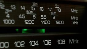 Панель радио ищет пожеланная радиоволна Съемка крупного плана акции видеоматериалы