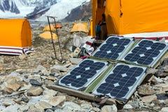 Панель солнечных батарей на ландшафте горы для производить силу для экспедиции стоковое фото