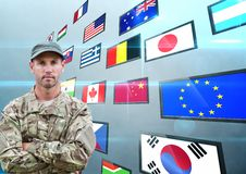 панель с флагами, задняя часть сини Сложенная рука солдата Стоковые Изображения