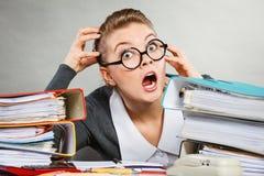 Паникованная секретарша на столе Стоковая Фотография RF
