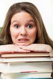 Паникованный студент с книгами Стоковые Изображения RF