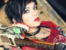 Панковская девушка с гитарой Стоковые Изображения RF