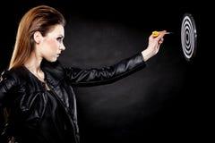 Панковская девушка с дротиком и целью Стоковое Изображение RF