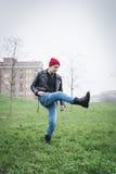 Панковский парень представляя в парке города Стоковое Изображение RF