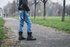 Панковский парень представляя в парке города Стоковые Фотографии RF