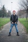 Панковский парень представляя в парке города Стоковая Фотография