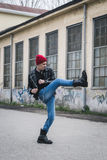 Панковский парень представляя в улицах города Стоковое Изображение RF