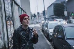 Панковский парень представляя в улицах города Стоковая Фотография