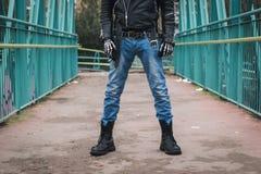 Панковский парень представляя в улицах города Стоковые Изображения