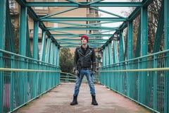 Панковский парень представляя в улицах города Стоковые Фотографии RF