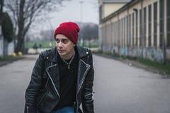 Панковский парень представляя в улицах города Стоковое Фото