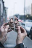 Панковский парень смотря себя в разрушенном зеркале Стоковые Изображения
