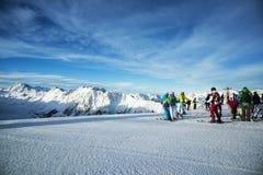 Панорама австрийского лыжного курорта Ischgl с лыжниками Стоковая Фотография