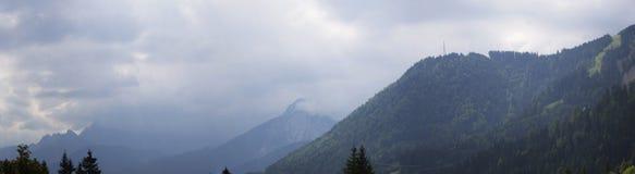 Панорама альп Взгляд Альпов от итальянского города Camporosso в Valcanale, Италии стоковая фотография rf