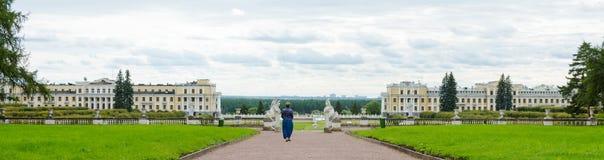 Панорама ансамбля Arkhangelskoye дворца и парка в Mosco стоковая фотография rf