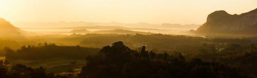 Панорама ландшафта горы восхода солнца утра в южной th Стоковые Изображения RF