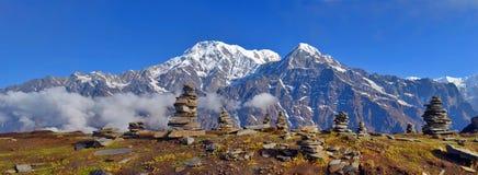 Панорама ландшафта горы в Гималаях Piramid камня Стоковые Изображения RF
