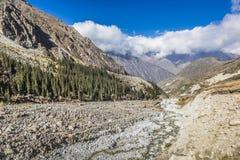Панорама ландшафта горы ущелья алы-Archa в сумме Стоковая Фотография
