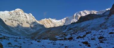 Панорама ландшафта горы Snowy в Гималаях Пик Annapurna восхода солнца южный, след базового лагеря Annapurna Стоковые Изображения RF