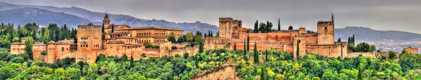 Панорама Альгамбра, дворца и комплекса крепости в Гранаде, Испании Стоковое Изображение