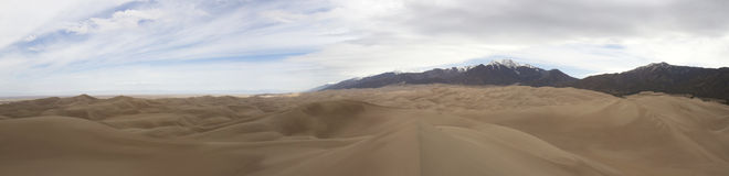 Панорама больших песчанных дюн и Sangre de Cristo  Стоковые Изображения